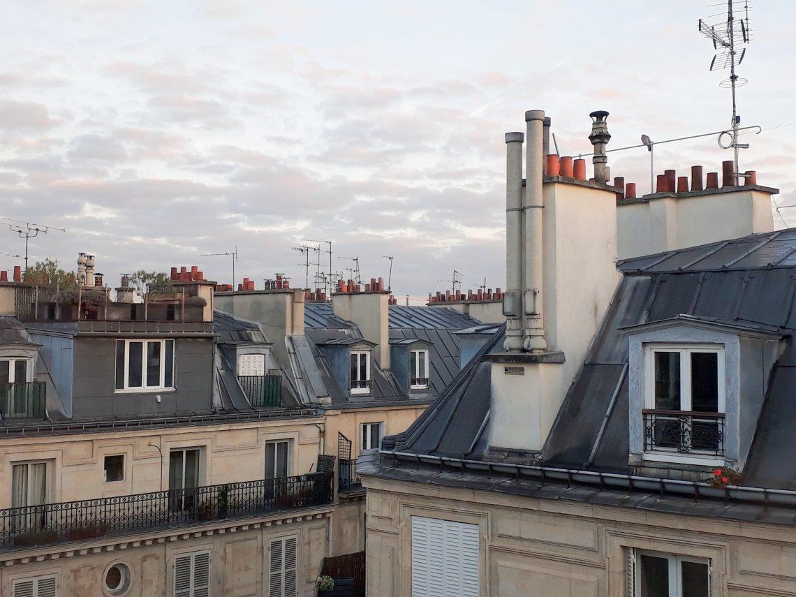 Scorcio dei tetti delle case a Parigi