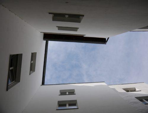 Uno scorcio di cielo azzurro tra le pareti di un edificio