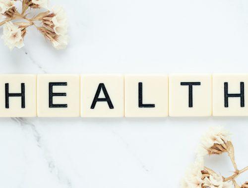 scritta HEALTH su una superficie di marmo