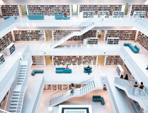 Libreria dell'università di Stoccarda | Photo by Bechir Kaddech on Unsplash