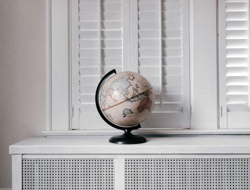 Un mappamondo è appoggiato sul davanzale di una finestra