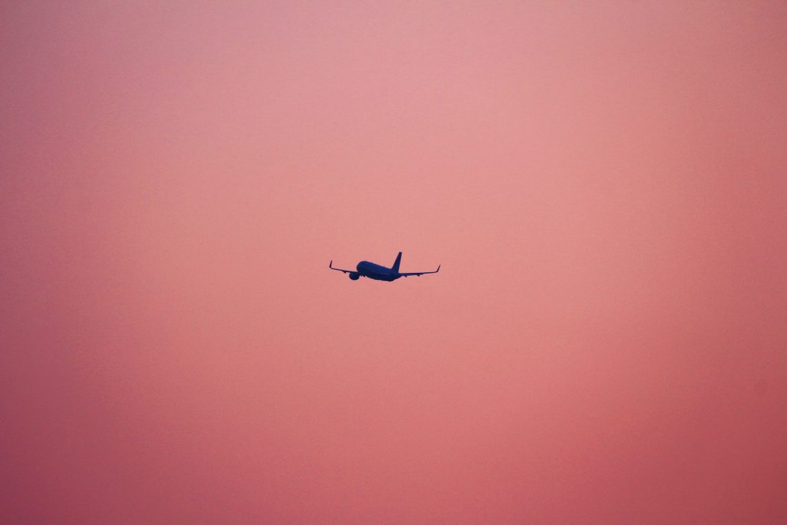 la sagoma di un aereo su sfondo rosa