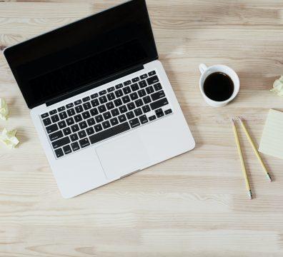 un computer su una scrivania di legno | corsi di tedesco online con attestato